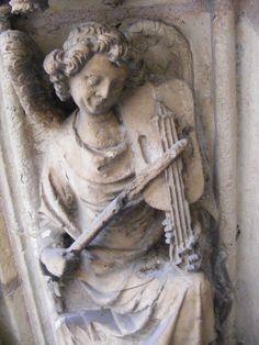 France, Lyon (69). Cathédrale Saint-Jean.  Ange jouant de la vielle à archet.