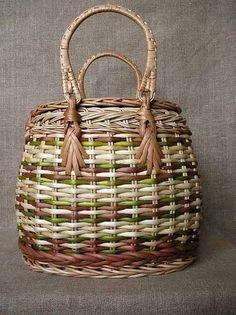 Beautiful colors of lime, mushroom, brown, and natural in this purse-style basket Newspaper Basket, Newspaper Crafts, Paper Weaving, Weaving Art, Balloon Basket, Pine Needle Baskets, Basket Bag, Basket Weaving, Wicker Baskets