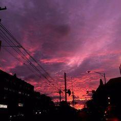 Magenta and violet sky over an urban skyline; via godofcum Sunset Lover, Sunset Sky, Pretty Sky, Beautiful Sunset, Cotton Candy Sky, Sky Sea, Sky Aesthetic, Pink Sky, Aesthetic Pictures