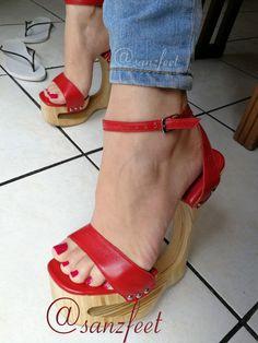 Sexy High Heels, Platform High Heels, High Heel Boots, Sexy Zehen, Wooden Sandals, Gorgeous Heels, Beautiful Toes, Sexy Toes, Women's Feet