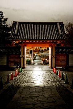 Akamon (red gate), Shinnyo-do (Shinsho-gokuraku-ji temple), Kyoto, Japan  真如堂(真正極楽寺)
