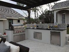 Avec l'été, adieu la cuisine coincée entre 4 murs, on migre à l'extérieur autour d'une cuisine d'été tout confort où sont installés barbecue, feux de cuisson, évier et meubles de rangement comme dans une vraie cuisine. Et parce que l'on aime profiter de l'été, table et salon de jardin y trouvent bon