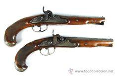 Pareja de Pistolas francesas de avancarga con llaves de Percusión, guarniciones de plata, Siglo XIX