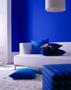 cobalt blue interior design, walls, wallpaper, pillows.