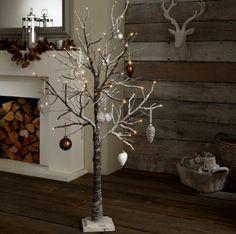 Accessoire stylisé petit arbre décoré pour Noël