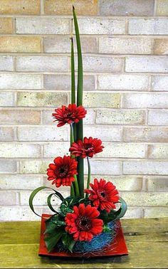 Red Gerbera Floral Arrangement - A red dish and red gerberas are the .- Rote Gerbera Blumenarrangement – Ein rotes Gericht und rote Gerbera sind der Mit… Red Gerbera Floral Arrangement – A Red Court and … - Ikebana Arrangements, Ikebana Flower Arrangement, Church Flower Arrangements, Church Flowers, Beautiful Flower Arrangements, Floral Arrangements, Beautiful Flowers, Beautiful Lines, Deco Floral