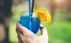 O Curaçau Blue é um licor muito utilizado em bebidas cheias de cor e também com muito sabor. Confira 21 receitas de drinks com Curaçau Blue. Wine Glass, Drinks, Tableware, Pasta, Movies, Vodka Recipes, Cocktail Recipes, Summer Beverages, Drink Recipes
