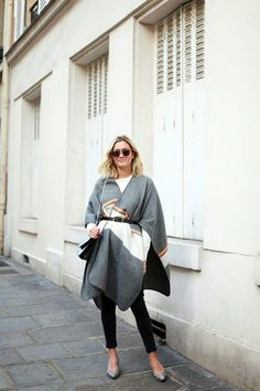t-shirt paired with a belted wool poncho, black skinny jeans, a shoulder bag, clear frame sunglasses, and snakeskin kitten heels Fall Outfits For Work, Winter Outfits, Summer Outfits, Fashion Models, Looks Style, My Style, Poncho Outfit, Paris Mode, Paris Paris
