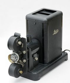 Diaskop  Rodzaj rzutnika do wyświetlania na ekranie przeźroczy wykonanych na szkle lub błonie ciętej. Dawne rzutniki (pochodzące z XIX w. i wcześniejsze) nosiły nazwę latarni magicznych. Były to proste wentylowane skrzynki z zamontowanym z przodu obiektywem mieszczące źródło światła w postaci świecy lub lampy naftowej, acetylenowej czy elektrycznej lampy łukowej, które umożliwiały rzutowanie obrazów namalowanych ręcznie na szkle, kalkomanii lub wykonanych metodami fotograficznymi…