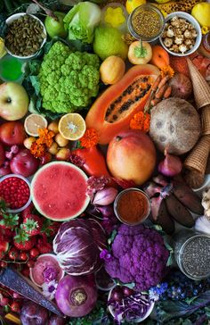 Eat a rainbow of fruits and vegetables to be healthy. Rainbow Fruit, Eat The Rainbow, Raw Food Recipes, Vegetarian Recipes, Healthy Recipes, Fruit And Veg, Fruits And Vegetables, Image Fruit, Vegetables Photography