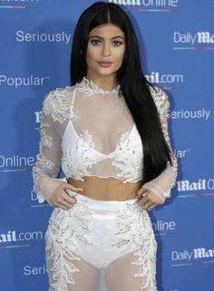 O look total branco e transparente de Kylie Jenner Foto: Lionel Cironneau / AP