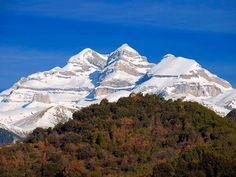 – Se conoce como Tres Sorores a tres de las más bellas montañas del Sobrarbe , todas ellas en la parte más alta del Parque Nacional de Ordesa y Monte Perdido . Estas montañas son el propio Mo…