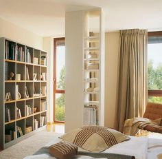 Libreria dentro una colonna di casa bianca