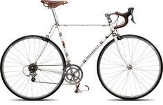 Entrez dans la légende. Alliance de la modernité et du passé, ce vélo de route a été conçu en hommage à ces coureurs qui ont fait l'histoire du cyclisme et de la Marque: Merckx, Cycles Peugeot...Thévenet, Duclos-Lassalle. Vivez le plaisir des sensations du passé sur un vélo mythique et efficace.