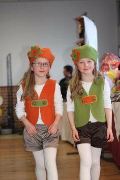 Maya et Lucy portent un ensemble gilet et béret en laine bouillie