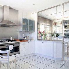 Cocina con office con tabique de cristal