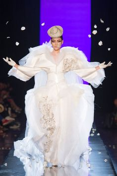 Les robes de mariée de la haute couture: Jean Paul Gaultier http://www.vogue.fr/mode/news-mode/diaporama/les-robes-de-mariee-de-la-haute-couture-1/14273/image/801613#!le-defile-jean-paul-gaultier-haute-couture-automne-hiver-2013-2014