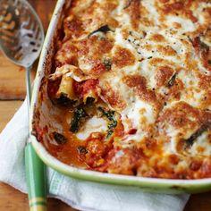 1 Verwarm de oven voor op 180°C. Doe de spinazie met wat olijfolie in een grote pan op laag vuur. Voeg denootmuskaat plus zout en peper toe, leg het deksel op de pan en laat de spinazie op hoog vuur snel slinken. Laat de kinderen af en toe...
