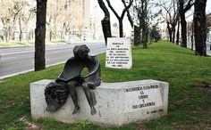 Los libreros españoles al libro y sus creadores, obra de Manuel García Buciños, 1984. Paseo de Recoletos. Madrid.