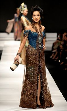 A model showcases designs on the runway by Anne Avantie as part of APPMI Show 4 on day three of Jakarta Fashion Week 2009 at the Fashion Tent, Pacific Place on November 2009 in Jakarta, Indonesia. Kebaya Lace, Kebaya Dress, Batik Kebaya, Batik Dress, Lace Dress, Dress Brokat Modern, Modern Kebaya, Batik Fashion, Ethnic Fashion