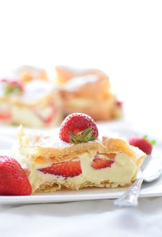 Przepis na karpatka z truskawkami - MniamMniam.com Catering, Cheesecake, Food, Catering Business, Gastronomia, Cheese Pies, Cheesecakes, Meals, Yemek