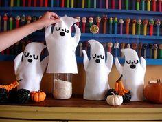 """Festa Infantil Halloween - As mamães mais prendadas podem """"vestir"""" garrafas pet com fantasminhas feitos de feltro. Fica super criativo. Imagem Pinterest."""