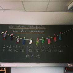EINMALEINS . . . heute sind wir mit dem Einmaleins gestartet. Danke für die Sockeninspiration @teacher.ella Die #superhelden haben ziemlich verwirrt geschaut als ich eine Tüte mit Socken im Kreis ausgeleert habe. Mit Wäscheklammern haben wir dann die passenden Paare gebildet und schon hatte der erste Junge die Idee, dass da eine Malaufgabe drin steckt. Auch meine schwachen Rechner haben durch das Material und das Arbeitsblatt schnell das Prinzip verstanden. #mathe #mathematik #grundsch...