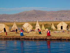 Isla flotante sobre el Lago Titicaca - Perù
