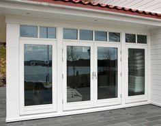 Moderne Ytterdører. Disse moderne ytterdørene har rene, enkle linjer med et uttrykk som gir assosiasjoner til funksjonalistisk arkitektur. Den funkis-inspirerte utformingen i kombinasjon med en solid konstruksjon resulterer i en inngangsdør som oppfyller strenge krav.