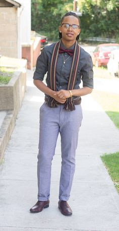 I'm wearing light gray pants with a dark grey shirt for a nice contrast. On to the juicy part, burgundy bow tie, cap toe oxfords with a dark brown belt. C'est quoi l'affaire? A nice marriage of colors with a scarf and golden appurtenances.