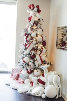 Top 30 Amazing Christmas Tree Designs You Can't Miss Out Rose gold and bush pink flocked Christmas tree; Blue and white Christmas Tree; White Flocked Christmas Tree with Velvet Ribbon; Teal and white Christmas tree. White Christmas Tree Decorations, Elegant Christmas Trees, Christmas Tree Design, Noel Christmas, All Things Christmas, Christmas Wreaths, Vintage Christmas, Christmas 2017, White Ornaments