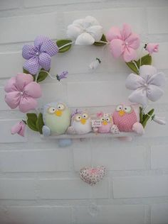 ~Lovely~ Owl family on flowers wreath : Nice idea for Owl Themed Shower Owl Crafts, Baby Crafts, Diy And Crafts, Crafts For Kids, Arts And Crafts, Sewing Toys, Sewing Crafts, Sewing Projects, Owl Family