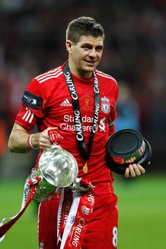 Steven Gerrard of Liverpool celebrates with the trophy after victory in the Carling Cup Final match between Liverpool and Cardiff City at Wembley Stadium on February 2012 in London, England. Liverpool won on penalties. Liverpool Champions, Liverpool Football Club, Liverpool Fc, Champions League, Football Icon, Football Players, Euro 96, Liverpool Legends, Futbol