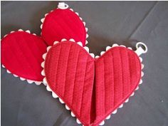 Tutorial: Whole Lotta Heart quilted hot pad · Sewing | CraftGossip.com