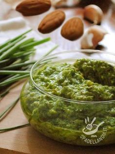 Il Pesto di erba cipollina e mandorle è una salsa ottima per i vostri primi e si sposa alla perfezione con le reginette. Da provare!