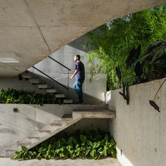 Casa Moderna em São José dos Campos - All For Garden Tropical Architecture, Architecture Details, Interior Architecture, Concrete Stairs, Concrete Houses, Villa Del Carbon, Outdoor Stairs, Concrete Projects, Alvar Aalto