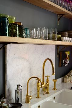 Whether you are looking to renovate your kitchen or not, brass kitchen taps must have caught your eye recently. Antique brass kitchen tap with washer, cheap kitchen tap brass. Quartz Backsplash, Beadboard Backsplash, Herringbone Backsplash, Kitchen Backsplash, Penny Backsplash, Stone Backsplash, Kitchen Cabinets, Cheap Kitchen Taps, Brass Kitchen