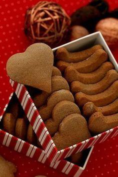 """""""Szybkie"""" pierniczkiSkładniki na około 55 pierniczków: 300 g mąki pszennej 100 g mąki żytniej pełnoziarnistej 2 duże jajka 130 g cukru pudru 100 g masła, roztopionego i lekko przestudzonego 100 g łagodnego miodu np. akacjowego 1 łyżka przyprawy do piernika 1 łyżka kakao 1 łyżeczka sody oczyszczonej 180 st, 8-10 min Cookie Recipes, Snack Recipes, Dessert Recipes, Polish Recipes, Homemade Cookies, Holiday Cookies, Christmas Baking, Gingerbread Cookies, Sweet Recipes"""
