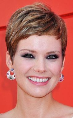 short hairstyle with brown highlights