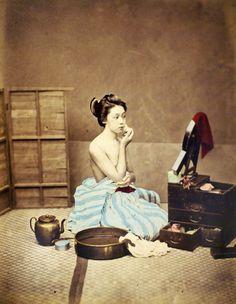 Geisha with her makeup box Japanese History, Japanese Beauty, Japanese Culture, Old Pictures, Old Photos, Art Occidental, Geisha Art, Geisha Makeup, Belle Villa