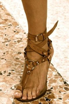 Bilekten bağlı deri sandalet