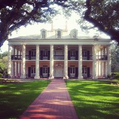 My dream house! Oak Alley Plantation is the Grande Dame of Louisiana River Road plantations! Its mile alley of oaks leads to a year old 'Big House'. Southern Plantation Homes, Plantation Style Homes, Southern Mansions, Southern Homes, Plantation Houses, Southern Comfort, Southern Charm, Southern Style, Louisiana Plantations