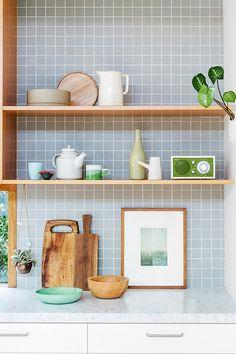 Küchenrückwand, holz, weiß, grau,  Fliesen, Mosaik, 5x5, hellgrau, modern, schlicht, Skandinavischer Stil, weiße Arbeitsplatte, weiße Küchenfronten, schnörkellos, schlicht