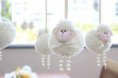 Amei toda esta decoração de chá de bebê das ovelhinhas!! As cores, os tons escolhidos, a delicadeza do painel de fundo, os doces e todos os detalhes em ã e algodão que fizeram a diferença! Para deixar tudo ainda mais suave, foram usadas perolinhas em fechamentos de laços, nas perninhas das ovelhinhas .. enfim, um …