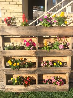 8 Excellent Pallet Garden Ideas For Your Backyard Pallet Garden Walls, Vertical Pallet Garden, Herb Garden Pallet, Pallet Fence, Jardim Vertical Diy, Garden Deco, House Plants Decor, Vegetable Garden Design, Diy Planters