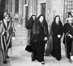 Foto document: Regina Mamă Elena a României și Principesa Margaret a Danemarcei (mama MS Regina Ana a României) la Vatican, mergând în audiență pentru a-l convinge pe Papa Pius XII să consimtă la căsătoria copiilor lor. Ana, fiind Catolică, trebuia să obțină dezlegare pentru a se putea căsători cu Mihai I, Ortodox, cu condiția ca urmașii lor să fie botezați romano-catolic. Acest lucru nu a fost posibil datorită Constituției. Papa nu și-a dat acordul, cu toate acestea nunta a avut loc la… Bucharest Romania, Through The Looking Glass, Vatican, Diy And Crafts, Royalty, History, Instagram Posts, Descendants, Gotha