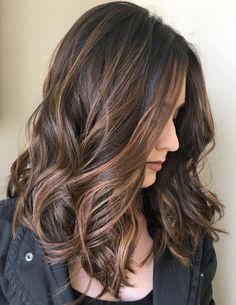 35 Balayage Hair Color Ideas for Brunettes in The French hair coloring technique: Balayage. These 35 balayage hair color ideas for brunettes in 2019 allow to achieve a more natural and modern eff. Caramel Brown Hair Color, Chocolate Brown Hair, Brown Blonde Hair, Brown Hair With Highlights, Light Brown Hair, Brown Hair Colors, Chocolate Highlights, Caramel Color, Dark Hair