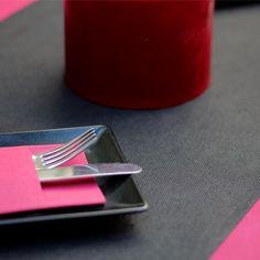 Hay combinaciones que destacan por su elegancia, y podemos decir que esta es una de ellas, la combinación de #mantel #novotex en #color #burdeos con el #caminodemesa en #color #negro siempre es un acierto. Además si la cena es al aire libre, que mejor que utilizar las #servilletas #canguro en #color #burdeos para que no se vuelen con el aire.  #muropapel #decoramostumesa #restuarante #catering #instagram #instapic #photo #hosteleria #vajilla #decoracion #cubiertos