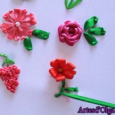 Bordado en Cintas: 9 Flores Básicas In this video I show you 9 basic flowers embroidered with ribbons. I hope you like it. Hand Embroidery Patterns Flowers, Ribbon Embroidery Tutorial, Hand Embroidery Videos, Embroidery Flowers Pattern, Silk Ribbon Embroidery, Hand Embroidery Designs, Embroidery Kits, Embroidery Stitches, Beginner Embroidery