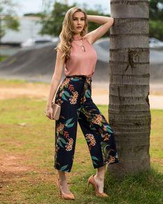 In love total por esse look! Amamos a combinação da calça pantacourt estampada com a blusa chocker com argola rosê! COLEÇÃO NATURALE está… Summer Work Outfits, Casual Fall Outfits, Chic Outfits, Casual Dresses, Fashion Pants, Fashion Dresses, Floral Pants Outfit, Donia, Pantalon Large